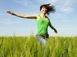 frau-feld-gluecklich-t-von-brigitte-de-gesund-natuerlich-heile-natuerlich-jung-bleiben